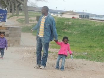 dad walking with toddlers on beach,pictures